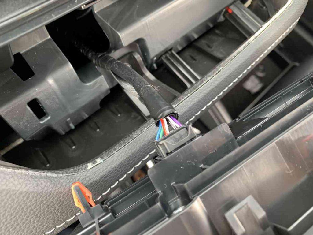 カローラスポーツ エアコンスイッチパネル裏側のコネクター