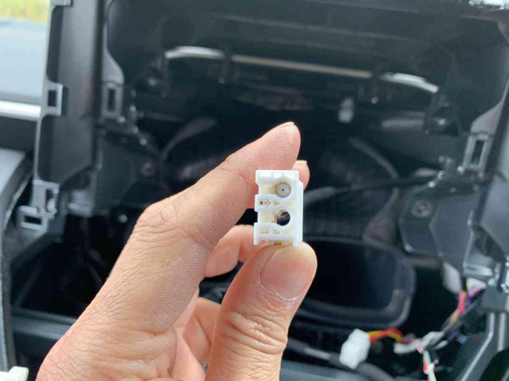 トヨタ車のラジオ用コネクターの形状