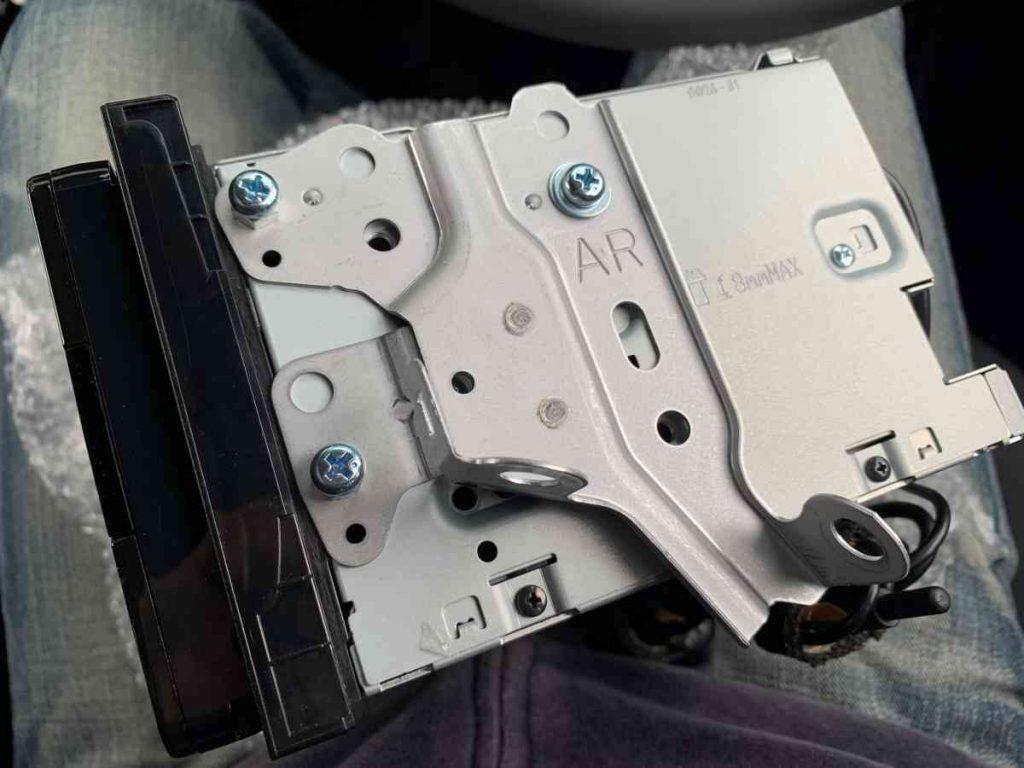 カローラスポーツ ケンウッド製彩速ナビの取付金具の取り付け・設置状況
