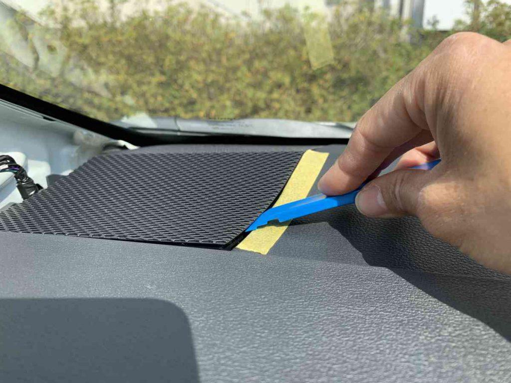 カローラスポーツ ツイーターパネル隙間に内張りはがしを挿入し取り外す