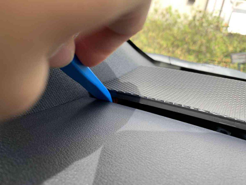 カローラスポーツ ツイーターパネルの隙間に内張りはがしを挿入する。