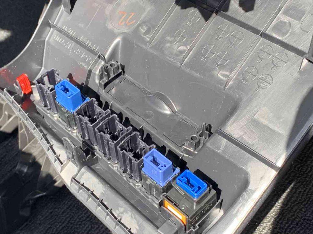 カローラスポーツ ETC車載器本体の取り付け設置場所のパネル裏側の状態